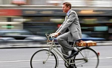 montando_bicicleta_cuidar_medio_ambiente-590x272